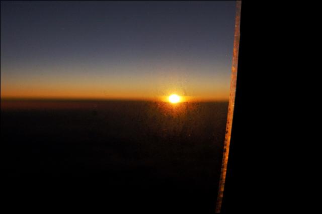 真夜中に数年前の飛行機の窓からの宇宙の神秘を思い出して_a0031363_894748.jpg