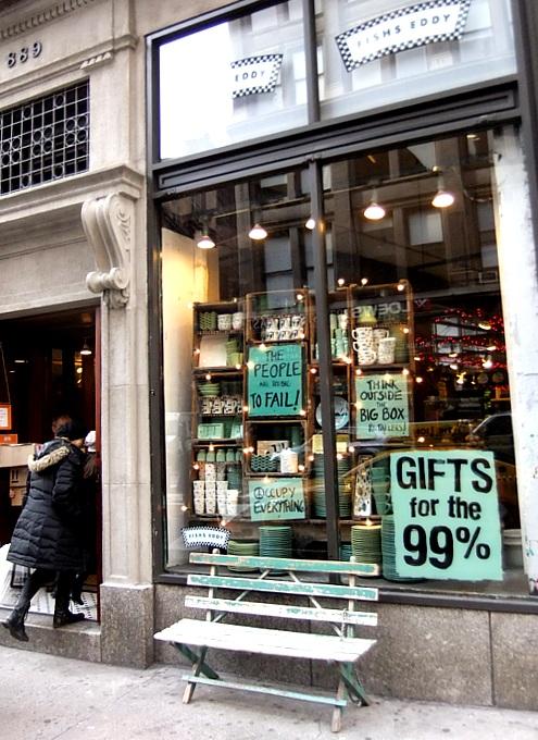 ニューヨークの街角で見かけた庶民の味方って感じのショーウィンドウ_b0007805_352185.jpg