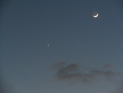冬の空に、繊月と金星_e0175370_1121139.jpg