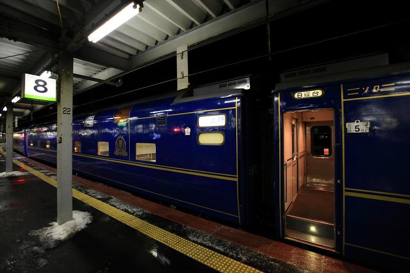 函館駅で機関車の交替_a0160581_19381077.jpg