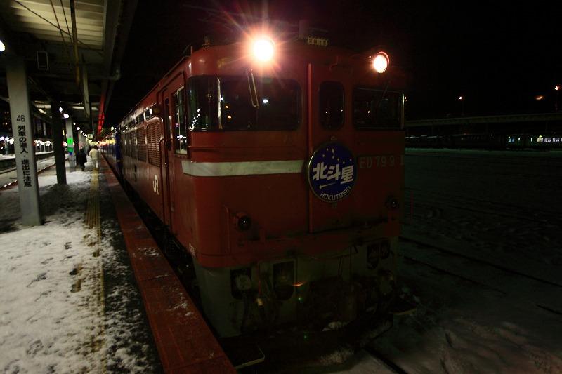 函館駅で機関車の交替_a0160581_19434514.jpg