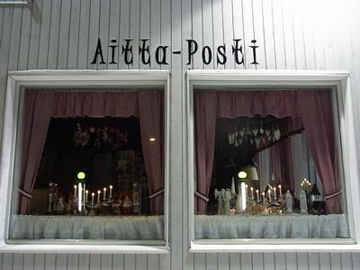 郵便局の窓辺