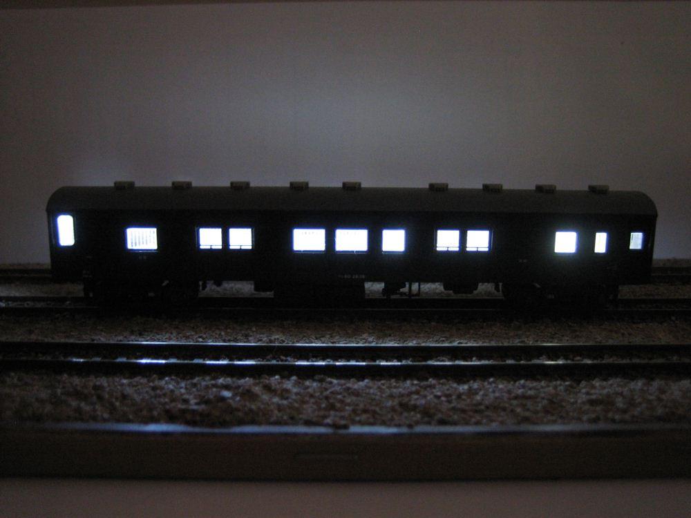 KATO ニセコ荷物車の自作室内灯取付け_e0120143_2319136.jpg