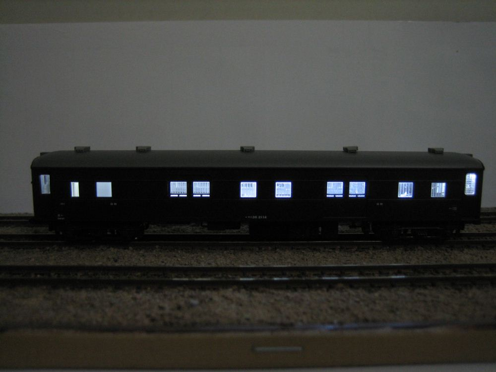 KATO ニセコ荷物車の自作室内灯取付け_e0120143_23195657.jpg