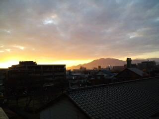 きれい〜な朝焼けです!!油山〜脊振山系を望んで…!!_d0082356_7424890.jpg