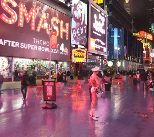 真冬のニューヨークでも元気な裸のカウボーイさん_b0007805_2015424.jpg
