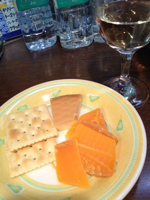 今月のチーズは口の中でとろけるスモークチーズとゆっくり味わっていただきたいミモレット。ワインはもちろん日本酒にも合わせてどうぞ♪_c0069047_1982018.jpg