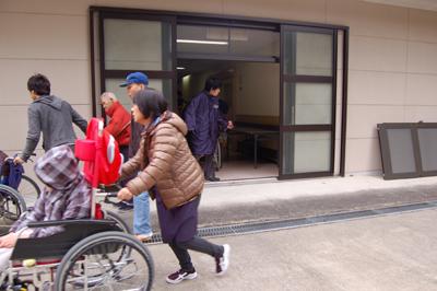避難訓練を実施_a0154110_13144135.jpg