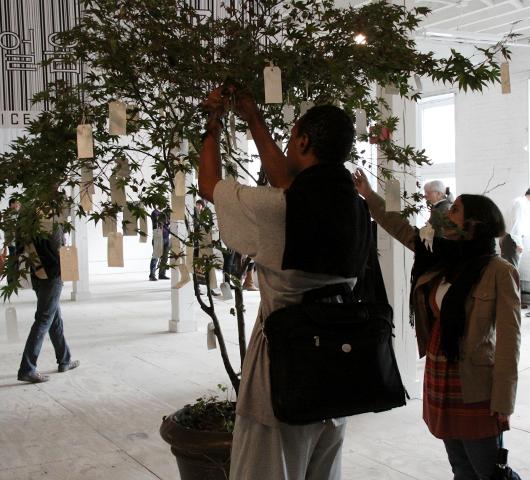 NYのウォール街デモにOno Yokoさんもアート作品で参加_b0007805_23303076.jpg