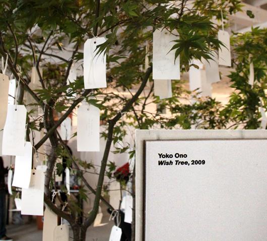 NYのウォール街デモにOno Yokoさんもアート作品で参加_b0007805_23524411.jpg