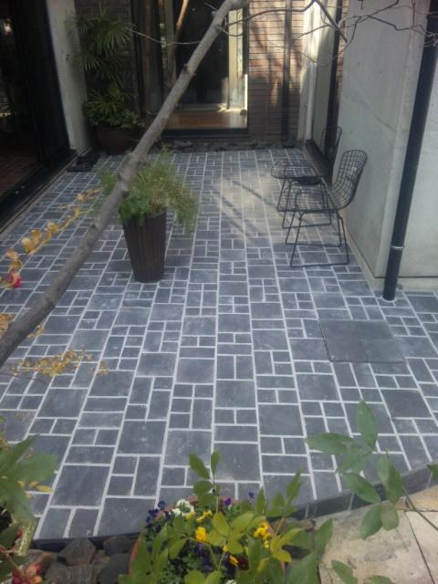中庭のタイル_e0215179_1350281.jpg