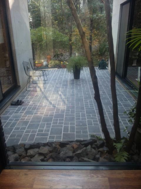 中庭のタイル_e0215179_13504128.jpg