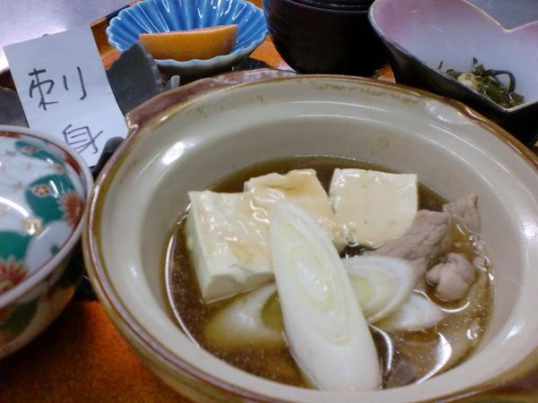 本日の日替わりランチは肉豆腐定食刺身付きです。_d0241628_1134276.jpg
