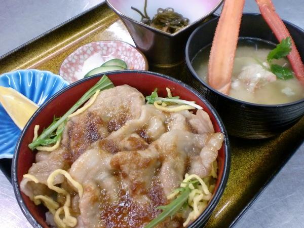 本日の日替わりランチは生姜焼き丼カニ汁付きです!_d0241628_11331724.jpg