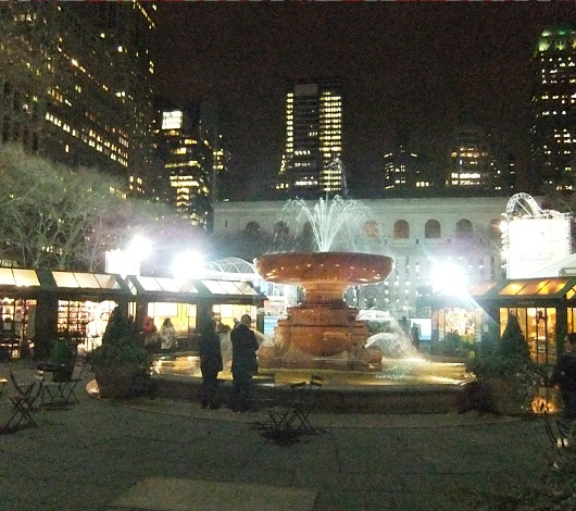 NYブライアント・パークのスケートリンクが発展中、ホリデーショップ再延長&野外映画祭等も_b0007805_3343253.jpg