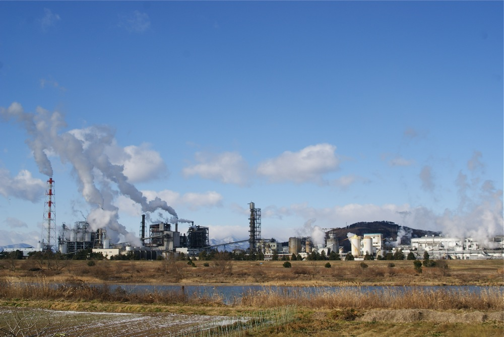 工場と霊峰_d0001843_2356063.jpg