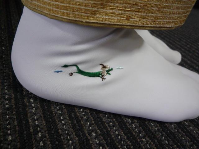 日本刺繍の発表会・鱗模様の染め帯に龍の足袋。_f0181251_1556516.jpg