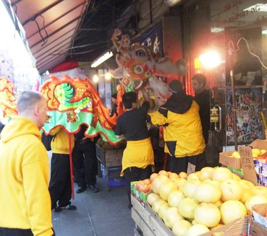 ニューヨークのチャイナタウンで縁起物の大きなドラゴンに遭遇_b0007805_0201113.jpg