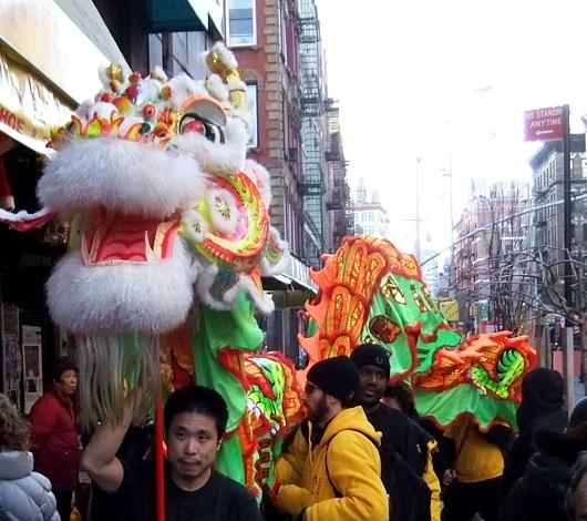 ニューヨークのチャイナタウンで縁起物の大きなドラゴンに遭遇_b0007805_0202219.jpg