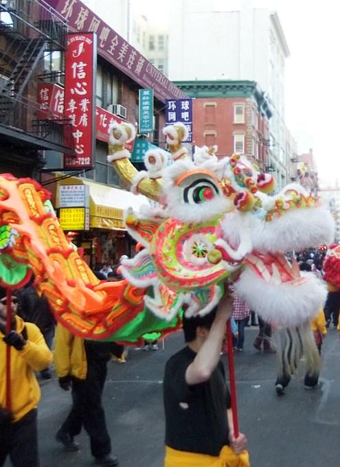 ニューヨークのチャイナタウンで縁起物の大きなドラゴンに遭遇_b0007805_0204064.jpg