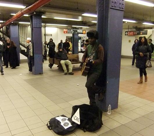 NYの地下鉄で遭遇したアコギ1本のストリート・ミュージシャン_b0007805_69191.jpg