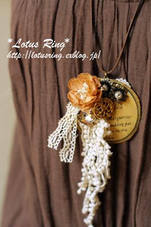 Lotusパーツのネックレスとデジカメポーチ*_a0169912_20185660.jpg