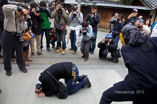 飛鳥坐神社オンダの前に His ass is beaten._e0245846_01951100.jpg