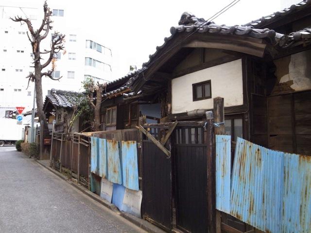 こんな大きな駅近くても住宅の遺構。でもそういうもんだよな_d0057843_19464970.jpg