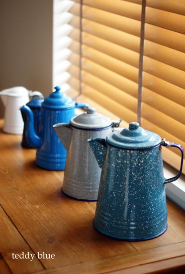 enamel coffee pots  ホーローのコーヒーポットたち_e0253364_16561269.jpg