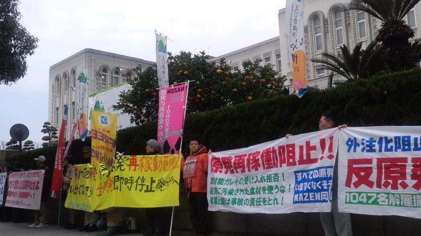 愛媛県庁前で再稼働に向けての訓練の中止を求めて抗議中_d0155415_22352646.jpg