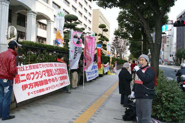 愛媛県庁前で再稼働に向けての訓練の中止を求めて抗議中_d0155415_21195554.jpg