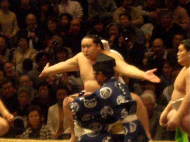興奮冷めやらぬ!初めての相撲で座布団投げ!!_d0061678_180955.jpg