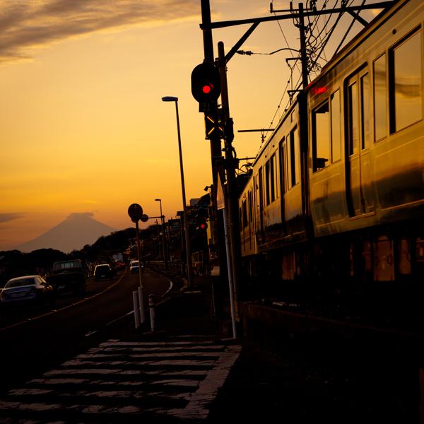 七里ヶ浜の夕景・富士と江の電篇。_b0022268_20374415.jpg
