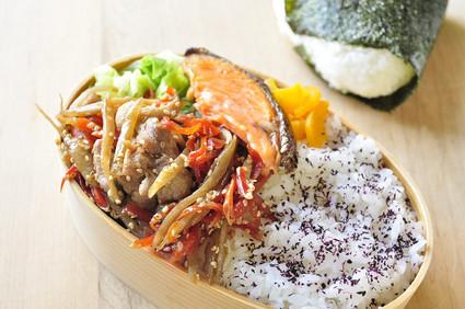 キンピラごぼうと鮭のお弁当_b0171098_8301269.jpg