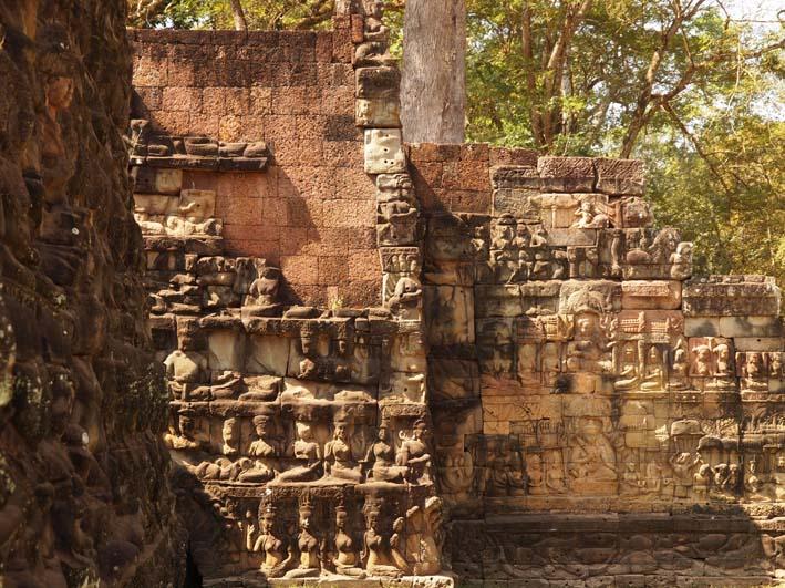 アンコールトム(Angkor  Thom) 王宮テラス下の石仏群_d0149245_21504628.jpg