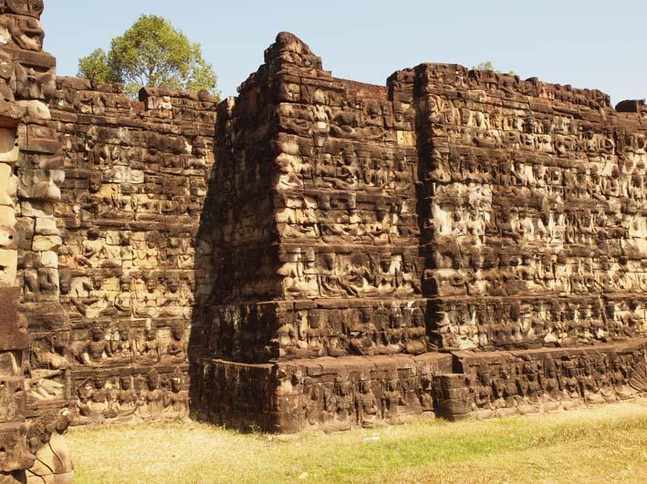 アンコールトム(Angkor  Thom) 王宮テラス下の石仏群_d0149245_2151020.jpg