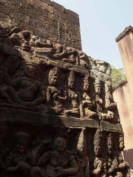 アンコールトム(Angkor  Thom) 王宮テラス下の石仏群_d0149245_21525513.jpg