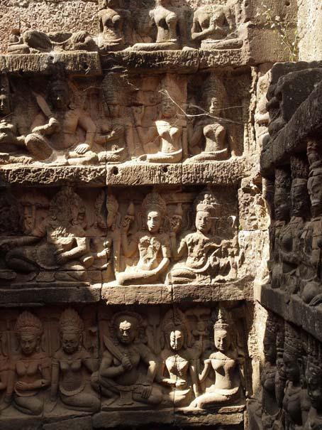 アンコールトム(Angkor  Thom) 王宮テラス下の石仏群_d0149245_2153999.jpg