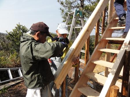 みさき里山クラブ定例活動日:展望台建設15日目            …階段手すり取付_c0108460_1817575.jpg