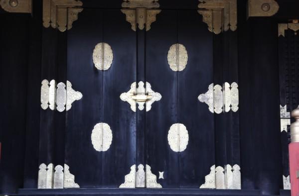 古社殿の扉はモダン_f0055131_1275173.jpg