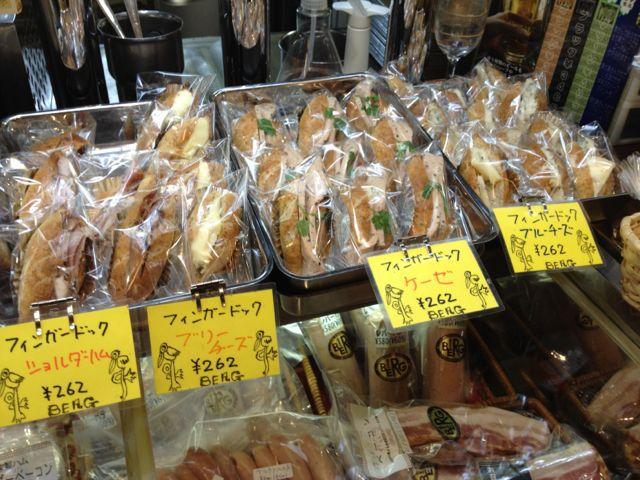 本日のフィンガードッグはショルダーハム、ブリー、ケーゼ、ブルーチーズの4種!_c0069047_11225287.jpg
