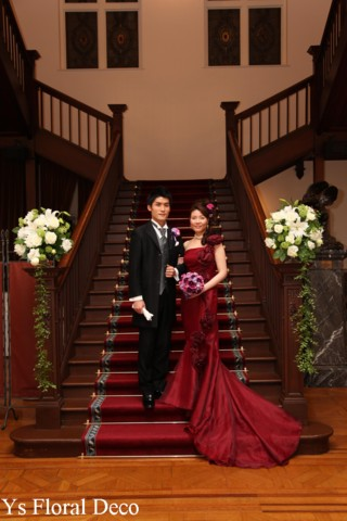 マーメイドラインのドレスに 濃い紫色をいれたクラッチブーケ_b0113510_10573665.jpg