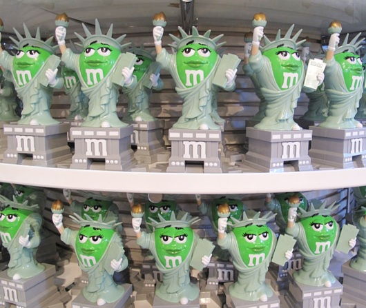 NYのタイムズスクエアにあるM&M\'s World Store NYC_b0007805_074581.jpg