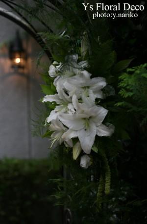 お庭のアーチに 白いユリの装花_b0113510_1852386.jpg