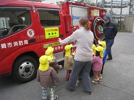 保育園の前に消防車が!!_c0151262_13154755.jpg