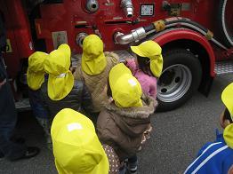 保育園の前に消防車が!!_c0151262_13175142.jpg