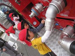 保育園の前に消防車が!!_c0151262_13185858.jpg