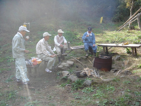 みさき里山クラブ定例活動日:広場横間伐・自然薯掘り_c0108460_1214714.jpg