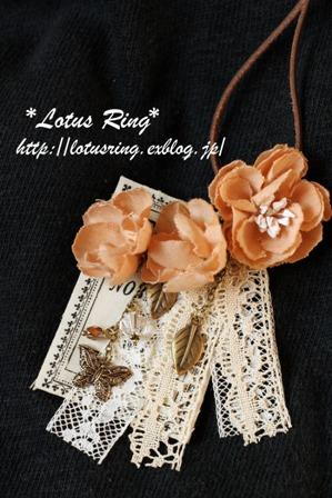 ラベルと布花のネックレス*_a0169912_1604159.jpg