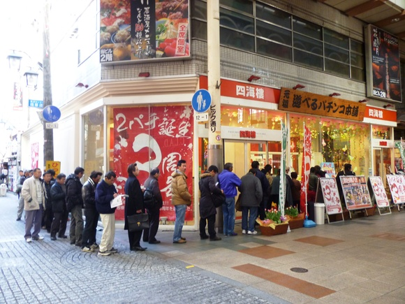 開店前から、パチンコ屋さんに行列が出来ていたりします。シネコンのすぐ前に... 大阪・なんばの朝